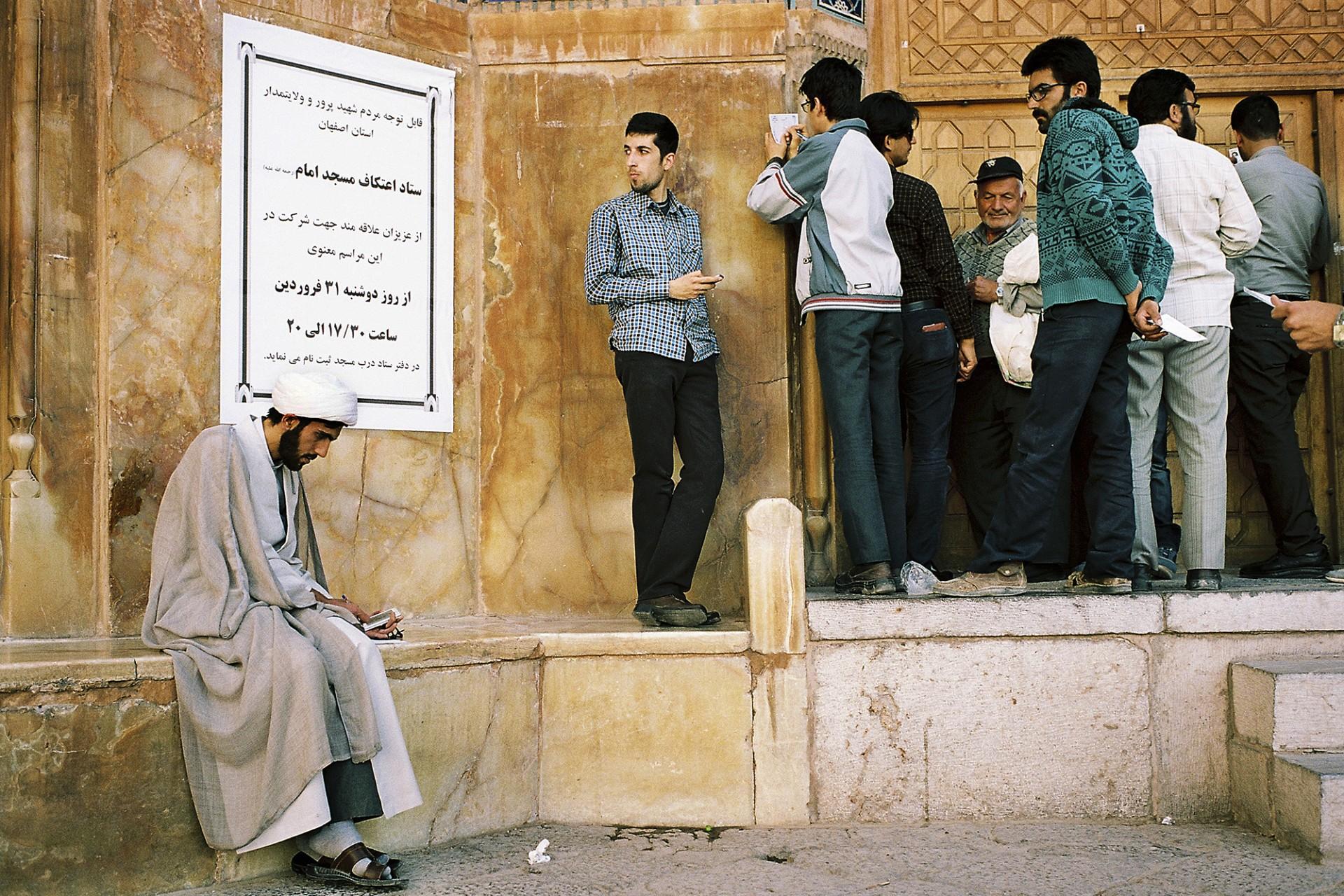 Hommes devant la mosquée masjid Imâm