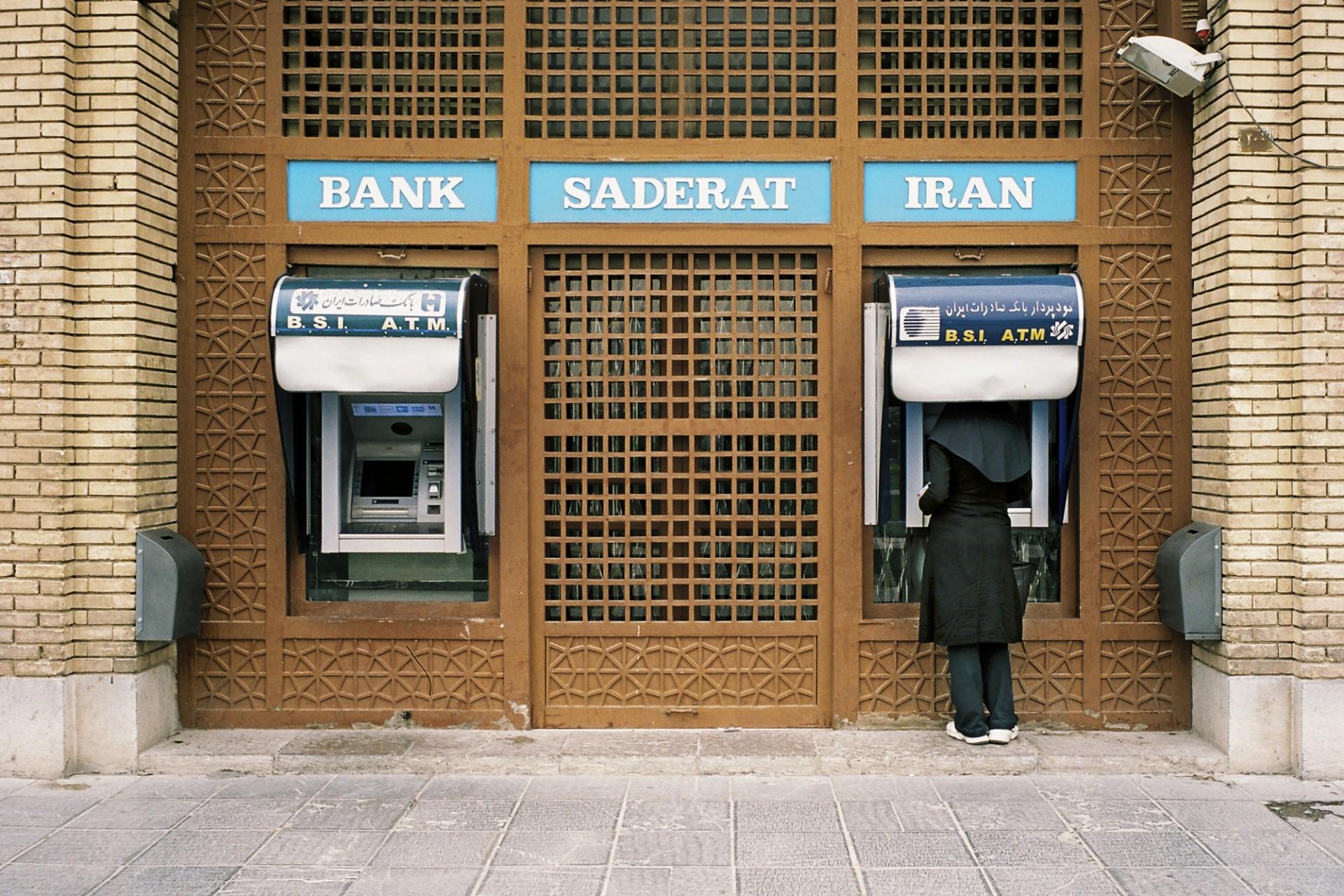 Femme au guichet de banque