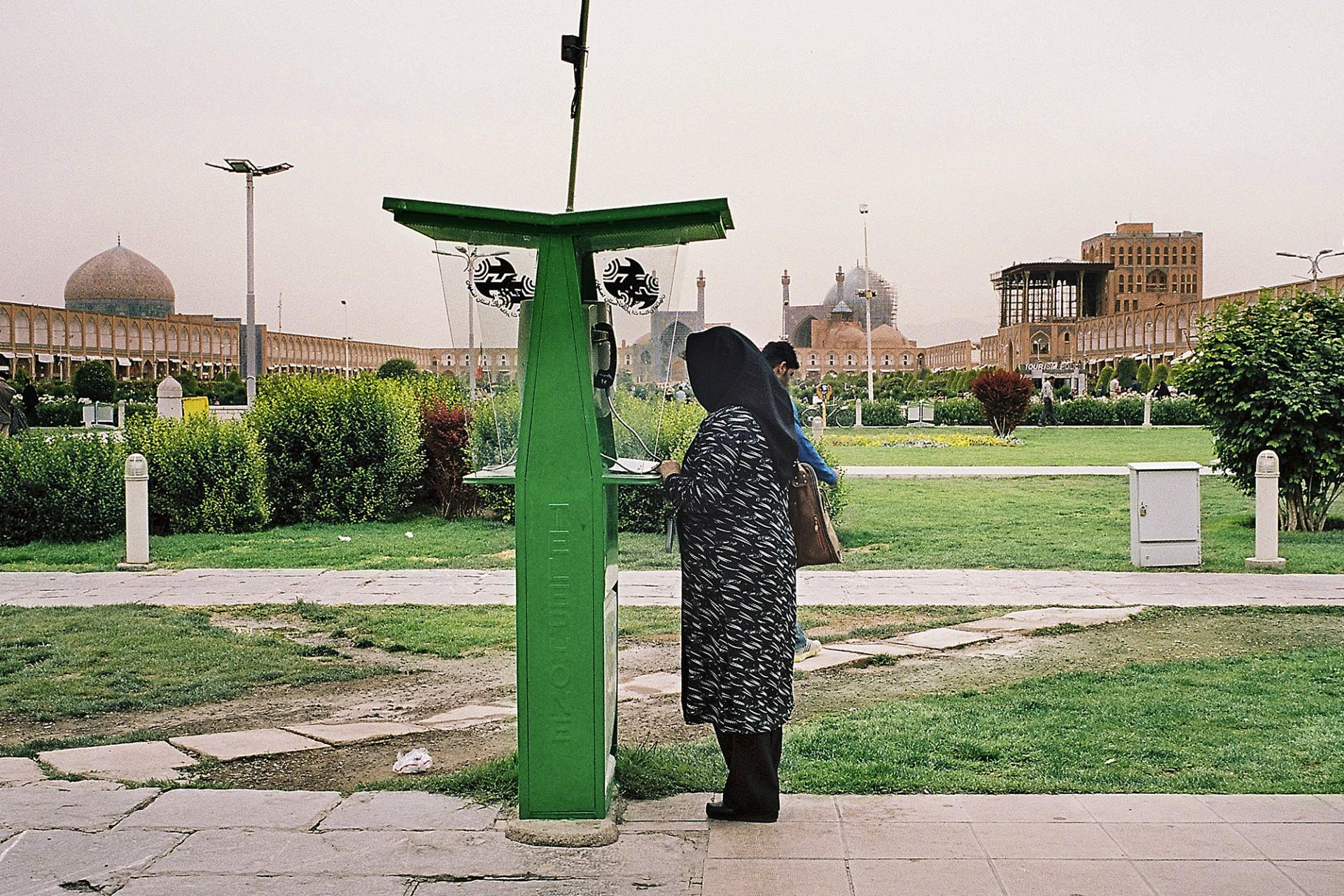 Femme à la cabine téléphonique