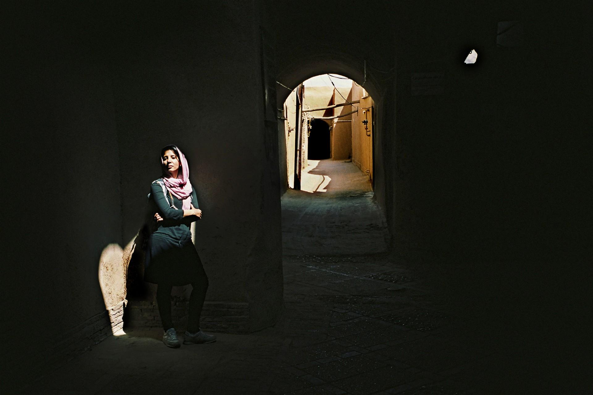 Jeune femme dans la médina