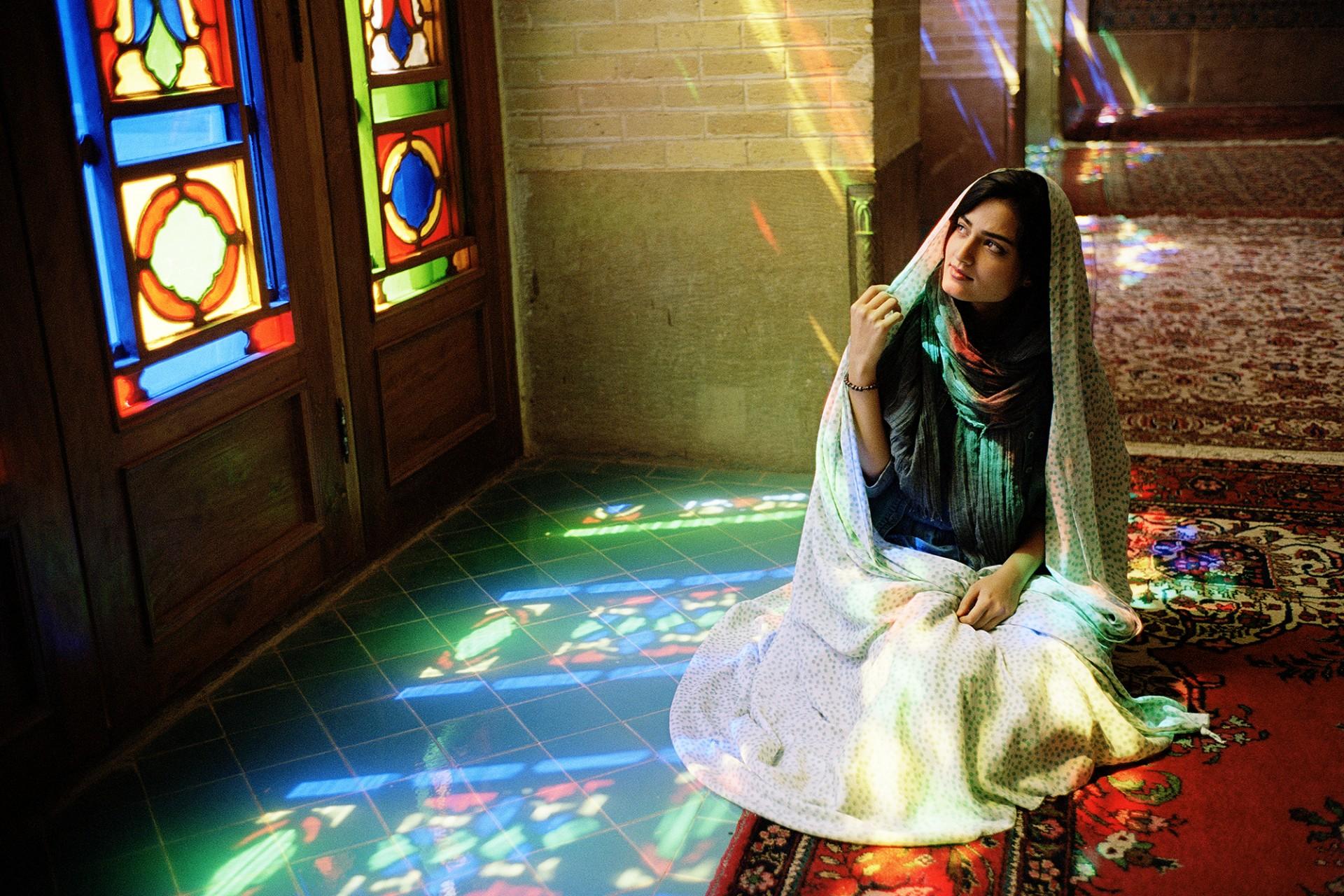 Jeune femme dans une mosquée à Shiraz au Sud du pays