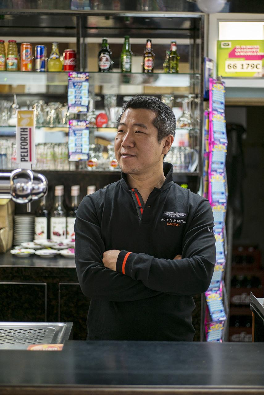 Li Gangshu, gérant d'un Bar Tabac PMU - Pour Le Monde - juillet 2019
