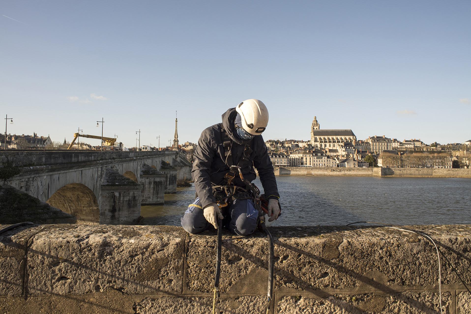 Installation des lumières du pont Jacques Gabriel