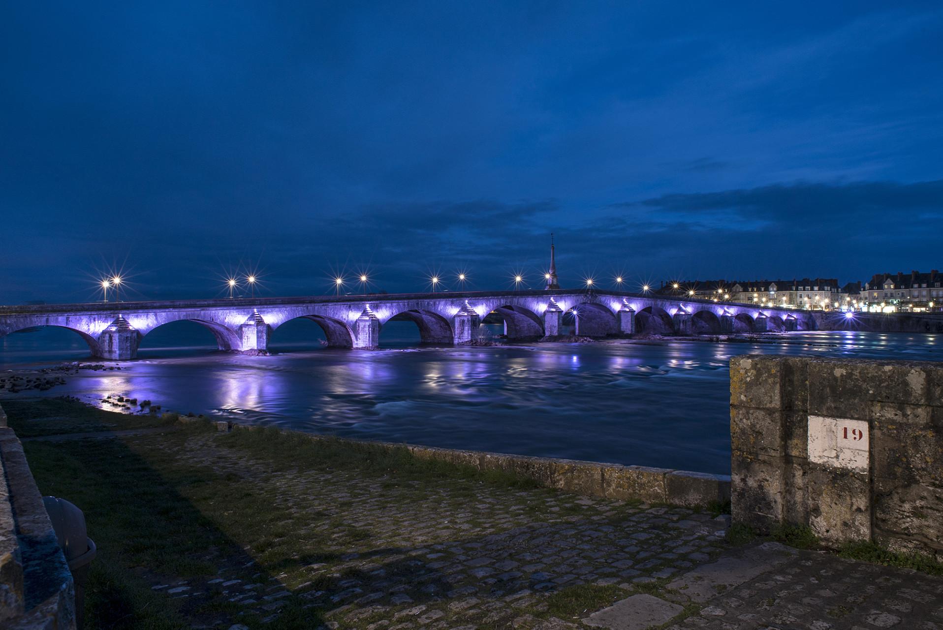 L'installation des lumières du pont Jacques Gabriel